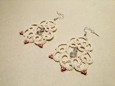 Boucles d'oreilles en dentelle frivolité - Coton et perles de rocailles : Boucles d'oreille par atelier-frivole