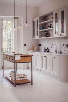 Como bien digo en el título, esta casa tiene la cocina más bonita que he visto en las últimas semanas. Siempre hay alguna parte de las casas que llama especialmente la atención. Puede ser la cocina, un baño, o la decoración de un dormitorio. Las necesidades que tengamos en esos momentos también influyen en que …