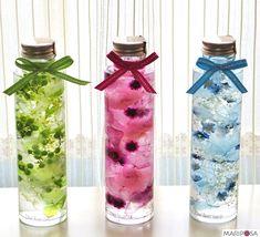 スリムタイプのガラス瓶にカラフルでスウィートなお花やベリー達がキラキラ☆のハーバリウム。カラフルなお花が揺らぐ姿に癒されるとっても幸せな気分のハーバリウムです。お色は3色 スウィートピンク ナチュラルグリーン(売り切れ) マリンブルーお花ギ...
