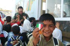 W L'Italia Bambini afghani che giocano con i nostri soldati. Dallinizio della missione i militari italiani sono stati ben accolti dalla popolazione suscitando stima e benevolenza