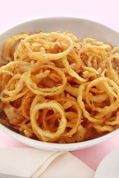 Onion Strings Recipe If I make it, I will delete the salt and use salt substitute. I love onion rings, but the frying is sooooo bad for me,( but soooo good) Onion Strings, I Love Food, Good Food, Yummy Food, Vegetable Dishes, Vegetable Recipes, Burger Bar, Onion Recipes, Potato Recipes