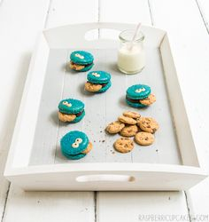 Cookie Monster Macarons ... how cute would these be for a child's birthday party?!?!?!