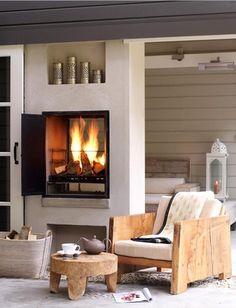 Bekijk de foto van Tiara met als titel Prachtige ingebouwde doorkijkhaard met tafeltje en stoel van robuust hout. en andere inspirerende plaatjes op Welke.nl.