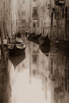 a canal  photo: Alfred Stieglitz: Venetian Canal 1897.