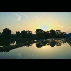 夜明け水を張って稲を植えていない鏡状態は一瞬なので貴重です at daybreak #daybreak #sunrise #clear #fineday #reflection #paddyfield #eos70d #夜明け #日の出 #早朝 #快晴 #映り込み #水田 #田んぼ #田舎の風景 #静寂 #昼間寝るに違いない