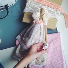 Вернулась с отпуска и уже у меня родилась новая куколка с вот таким вот крохотным мишкой в ручках!)