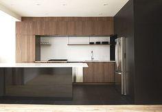 Cuisine moderne - noyer et noir - par La Firme - Montréal // Walnut and black modern kitchen - by La Firme - Montreal
