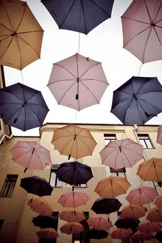 Kenties sateenvarjoja verhojen tai paperilamppujen sijaan?