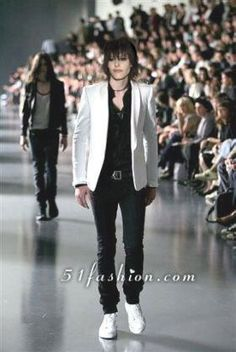 Dior Homme Spring 2005 Menswear Now this was Dior Homme was rocking! When Hedi Slimane was designing the collection it was nothing but sickening, sickening, sickening! Look Fashion, Fashion Show, Mens Fashion, Fashion Outfits, Vogue Fashion, Unisex Fashion, Fashion Studio, Tomboy Look, Best Shopping Sites