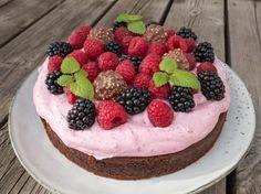 Chokoladekage med bærskum Danish Dessert, Danish Food, Cake Recipes, Dessert Recipes, Strawberry Recipes, Cake Creations, Let Them Eat Cake, No Bake Cake, Yummy Cakes