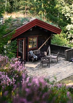 Charming Norwegian-style Log Cabin Packed with Iconic Design Pieces - Nordic Design Scandinavian Cottage, Swedish Cottage, Wooden Cottage, Cottage In The Woods, Cabins In The Woods, Style Norvégien, Room Style, Norwegian Style, Rural Retreats