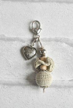 Bijou de sac beige, perle au crochet, perles bois et coeur en métal : Porte clés par ideecreation