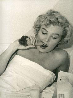 Marilyn Monroe at the Hotel Bel-Air in Los Angeles, 1952 (photo by Andre de Dienes). Marylin Monroe, Fotos Marilyn Monroe, Gentlemen Prefer Blondes, Jean Harlow, Bel Air, Joe Dimaggio, Portrait Studio, Younger Looking Skin, Norma Jeane