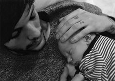 Louis Tomlinson was seen ensuring that his new girlfriend Danielle Campbell is very much a part of all aspects of his life as the pair were seen looking after his baby son Freddie Reign. Celebrity Baby Names, Celebrity Babies, Celebrity Couples, Freddie Reign Tomlinson, One Direction Louis Tomlinson, Joint Custody, Star Wars, New Girlfriend, No Rain