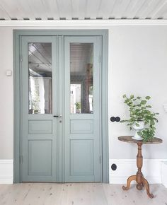 That door color! Colorful Interiors, Paint Colors For Home, House Exterior, Scandinavian Home, New Homes, Beautiful Homes, Doors Interior, House Interior, Home Deco