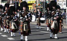 Banda de Gaita de Foles das Highlands ou gaita da Escócia, gaita escocesa ou piob mhor, talvez a mais famosa entre todas as gaitas-de-fole. Na foto estão marchando durante desfile do dia de São Patrick em Birmingham, Inglaterra, Reino Unido.  Fotografia: bongo vongo no Flickr.