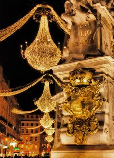 I thought this looked familiar...it´s Vienna at Christmas time. Giant chandeliers turn the street into a ballroom...would you care to waltz?