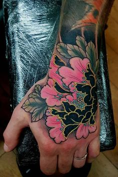 25 Cool Hand Tattoos For Those Who Love Ink - The Trend Spotter Tiger Hand Tattoo, Hand Tattoo Cover Up, Name Tattoo On Hand, Back Of Hand Tattoos, Japanese Hand Tattoos, Tribal Hand Tattoos, Full Hand Tattoo, Skeleton Hand Tattoo, Herren Hand Tattoos