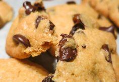 Američki kuki (American Cookies) je bio čest pratilac na porodičnim putovanjima. Mama je prvi put napravila ovaj američki klasik pre skoro 30 godina, kada je iz SAD donela (dobila?) kesu chocolate chips, odnosno čokoladnih perlica. Na poleđini kese se nalazio recept koji je isekla i sačuvala u svojoj Knjizi. Čokoladne perlice su jedan od proizvoda... American Cookie, Cookies, Desserts, Food, Crack Crackers, Tailgate Desserts, Deserts, Biscuits, Essen