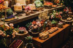 Mesa do bolo e doces da Soul Sweet em evento no Celeiro Quintal. Decoração por Lamore & Co. #weddingdecor #decoraçãodecasamento