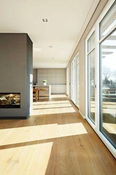 Natürliche Eichedielen verschönern den Wohnraum: moderne Wohnzimmer von pur natur