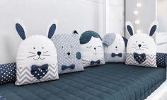 A cama casinha do seu bebê merece uma decoração especial! No Quarto de Bebê Montessoriano Amiguinhos Azul Marinho, no kit para caminha os bichinhos formam o protetor lateral, oferecendo o conforto e a segurança que seu bebê precisa durante o sono! Baby Crib Bumpers, Baby Cribs, Recycled Blankets, Baby Pillows, Sew Pillows, Little Girl Toys, Mermaid Diy, Fabric Animals, Black And White Baby