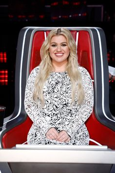 Kelly Clarkson's Outfit On 'The Voice' Finale: See Black & White Dress – Hollywood Life