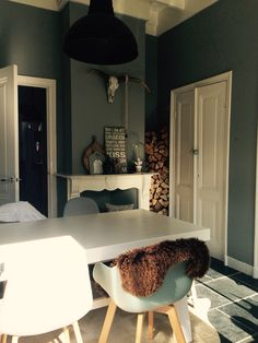 Painting the Past, landelijk, grijs, steigerhout, stoer, vergrijsd, witte vloer, houten kroonluchter, loods 5, Naco, oude luiken, ornamenten plafond, plus, openslaande deuren, en-suite, industriele lampen, oude ladder, vachten