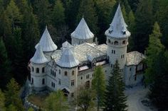 Savoy Castle (Aosta Valley). Built between 1899 and 1904, Savoia Castle in Gressonay-St-Jean was where Queen Margherita, widow of Umberto I, lived for many summers up to 1925, the year before she died. It was designed by Stramucci, who also designed the Neo-Baroque decor in the Royal Palace in Turin, and the Quirinale in Rome. Externally covered in grey stone from the quarries in Gressoney, Gaby and Vert, Savoy Castle is split over 3 floors comprised of living quarters, royal apartments and…
