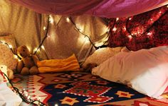 second time seeing this blanket fort stuff... so cutee! reminds me of when I was little and not to mention, it's soo cozy and romantic =)