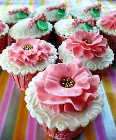 Cupcakes and happiness! Love these pretty pink cupcakes! Flowers Cupcakes, Cupcakes Flores, Pretty Cupcakes, Beautiful Cupcakes, Yummy Cupcakes, Cupcake Cookies, Spring Cupcakes, Cupcake Art, Cupcake Toppers