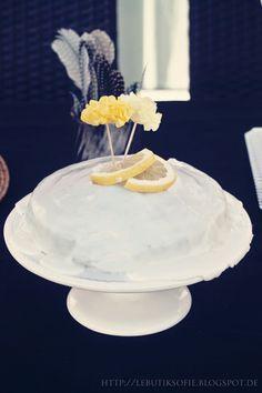 Zitronenkuchen im Garten