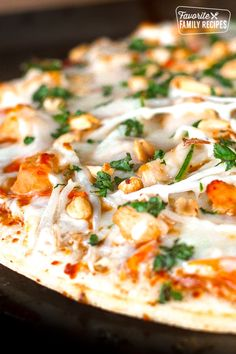 This Thai Chicken Pizza is just like the one at California Pizza Kitchen. You will love it! The peanut sauce is soooo good! California Pizza Kitchen, Pizza Recipes, Copycat Recipes, Chicken Recipes, Thai Recipes, Interior Modern, Thai Chicken Pizza, Teriyaki Chicken, Hawaiian Macaroni Salad