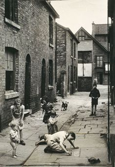 Photographs that look like L. Lowry paintings : Children play in slum housing area in Hulme, Manchester, 4 July White, Daily Herald Archive, National Media Museum Collection / SSPL