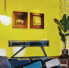 Traduzir a personalidade das pessoas ou de uma empresa em ambientes inspiradores é o que motiva o trabalho da arquiteta e Urbanista Cynthia Guazzelli. Ela compôs uma ambientação moderna e bem brasileira, com destaque para o aparador e o tapete do designer Flávio Franco, aqui para a Espaço e Forma. Vem ver! #espacoeforma #decoracao #decor #decoration #arquitetura #cynthiaguazzelli #espaçoeforma #espaço e forma