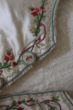 О вышивке на женской одежде 18 века мы уже говорили. Давайте теперь посмотрим, как украшали одежду мужскую. Разумеется, такие вещи надевали по очень торжественным случаем - для приема при дворе, званых вечеров или для венчания. На протяжении 18 века мужская одежда отличалась пышностью, яркостью и обилием деталей. И только к началу 19 века она стала строже.