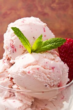 reteta inghetata de capsuni savori urbane Make Ice Cream, Homemade Ice Cream, Parfait, Romanian Food, Strawberry Ice Cream, Frozen Desserts, Gelato, Italian Recipes, Smoothie