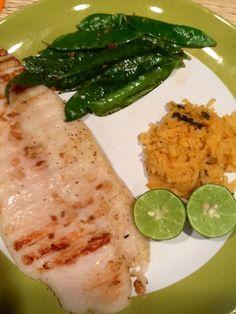 Tilapia asada, 1/4 taza de arroz y ejote tierno al vapor con ajo y limon.