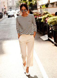 Provando que looks minimalistas não precisam ser sem graça: look all white com camiseta listrada e calça branca.