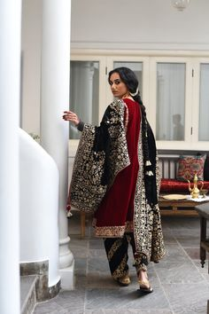 Pakistani Fashion Casual, Pakistani Wedding Outfits, Pakistani Dress Design, Muslim Fashion, Pakistani Dresses, Indian Outfits, Indian Fashion, Velvet Pakistani Dress, Pakistani Suits
