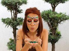 Lantejoulas + esfumado incrível = uma máscara só sua! | 18 ideias de maquiagens incríveis para você pesar a mão sem dó no carnaval