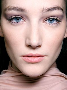 Cool wedding beauty ideas: Smoky eyes in a soft violet-gray shade