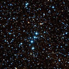 Cúmulo NGC 133 (Cr 3; OCl 296). Es un pequeño cúmulo abierto en la constelación de Casiopea. Ubicado cerca de la estrella κ Cassiopeiae; consiste en un puñado de estrellas. Los límites no son fácilmente identificables: se ve como un ligero engrosamiento de asteres diminutos , dispuestos en forma de una Y invertida. Es parte de un grupo de cúmulos abiertos, incluyendo NGC 146 y el disperso Rey 14. Consta de unas veinte estrellas, entre ellas la estrella doble BD + 6293.