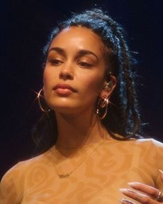 Image shared by — rage. Find images and videos about jorja smith, shes so smexy and beauty on We Heart It - the app to get lost in what you … Jorja Smith, Beauty Makeup, Hair Makeup, Hair Beauty, Glow Makeup, Pretty People, Beautiful People, Model Tips, Curly Hair Styles