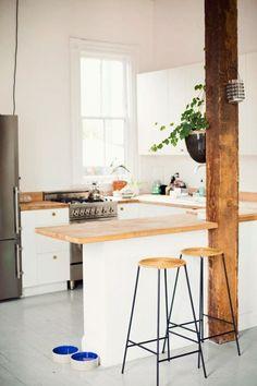 petite cuisine ouverte avec chaises de bar et bar de cuisine