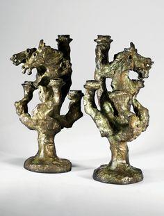 Diego GIACOMETTI 1902 - 1985 Paire de chandeliers à deux têtes de cheval et à cinq branches Bronze à patine brun-vert