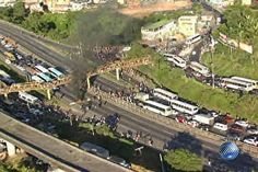Protesto com queima de pneus deixa trânsito complicado na BR-324