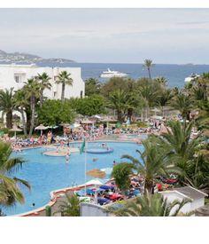 L'hotel, dall'ambiente informale e confortevole, gode di un'invidiabile posizione, direttamente sulla bella e famosa spiaggia sabbiosa di playa d'en bossa, cui si accede dal giardino circostante la piscina.  Formula a pensione completa comprensiava di volo+hotel 2 adulti + 2 bambini  Fino a 14 anni:  8 e 15 luglio: €1406  26 agosto: €1406  12, 23 e 30 sett: €962  http://www.vacanze.clubviaggi.it/italian/vacanze-dettaglio.php?sEBView=listino_prezzi=5586=true=