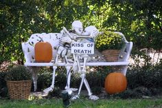 Indoor & Outdoor Halloween Skeleton Decorations Ideas – Haircut Trends For Men and Womens – TrendPin Halloween Prop, Halloween Outside, Hallowen Costume, Halloween Horror Nights, Outdoor Halloween, Holidays Halloween, Halloween Crafts, Halloween Stuff, Spirit Halloween