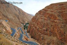 La strada che si avviluppa nelle Gole del Dades - Marocco